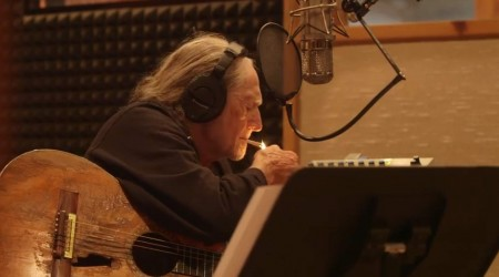 Willie Nelson ft. Merle Haggard – It's All Going to Pot